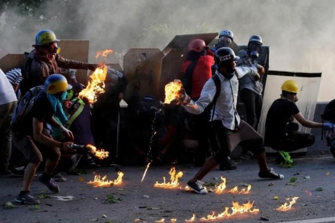 Venezuela, violenza continua: oltre 60 morti. Bruciata la casa natale di Chavez