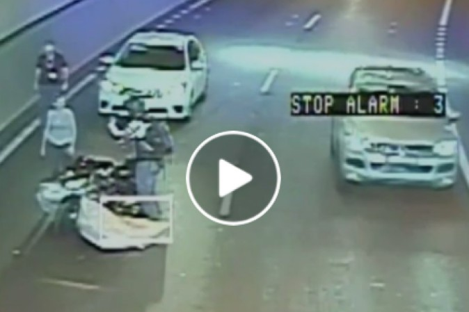 Motociclista colpito da un materasso volante: regge il colpo in maniera incredibile