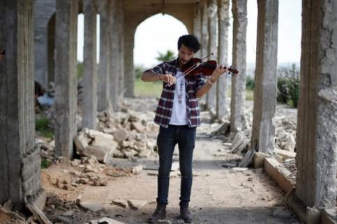 Il violinista che suona tra le macerie di Mosul