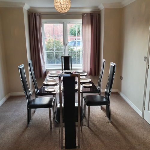 Brosnan Drive, GL51 0GD 4 bedrooms, 3 bathrooms for 4 people by GCHQ
