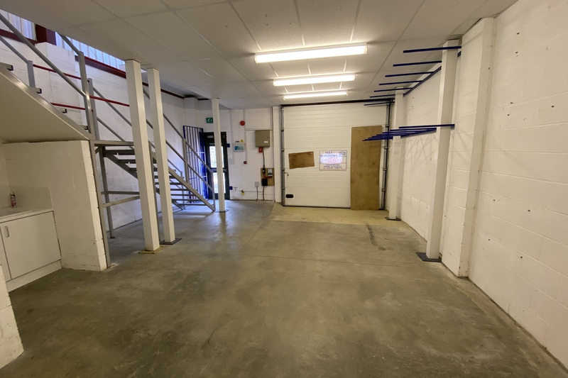 Industrial/Warehouse Unit - Witney - 1090 sq.ft. (101sq.m.) - TO LET
