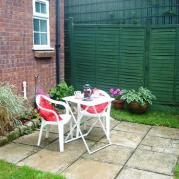 Cosy Garden Studio In Bouncers Lane Prestbury