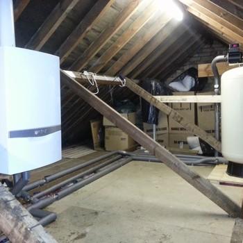 Combi boiler with accumulator tank