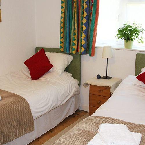 New Barn Lane, 3 bedroom bungalow Cheltenham racecourse, 6 single beds !