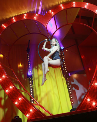 LIGHT UP RED HEART ENTERTAINMENT PROP CIRCUS CHRISTMAS NEW YEARS EVE EVENTS WOW FACTOR