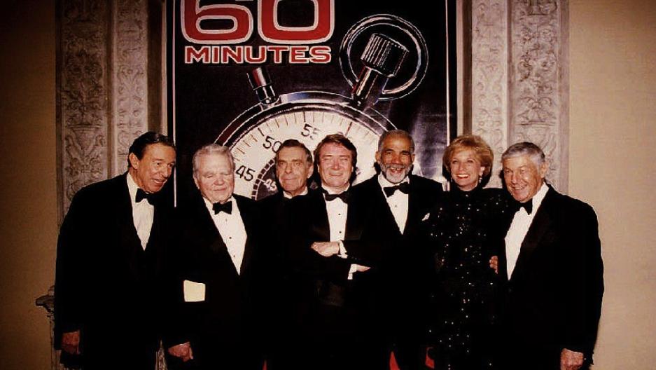 Mike Wallace posa con otros famosos y el editor de 60m Min utos Don Hewitt