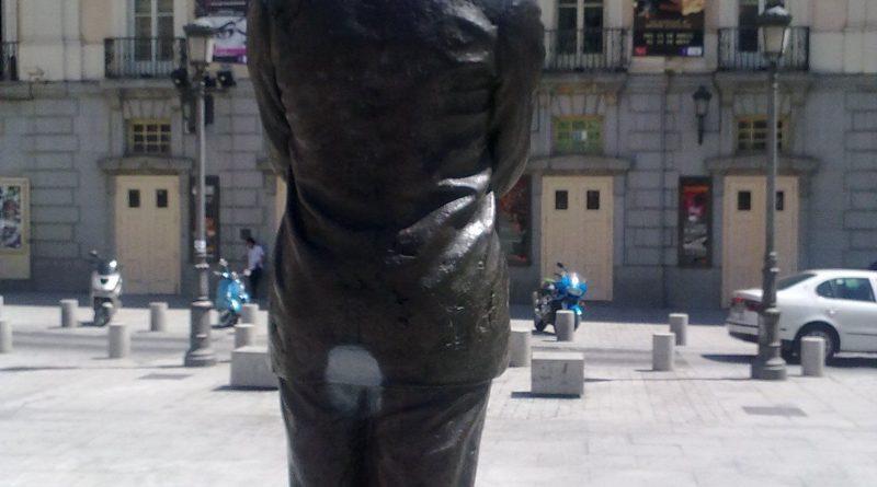 La estatua de Federico García Lorca, esta vez manchada de pintura