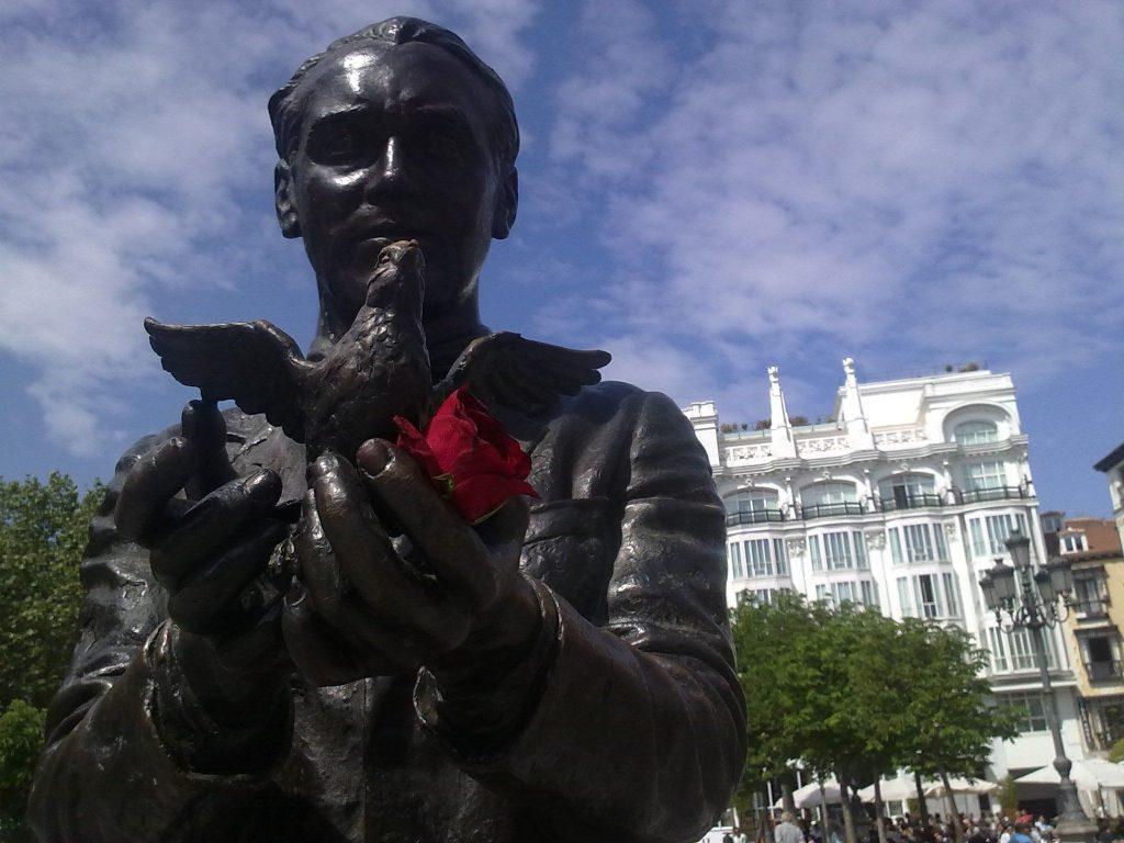 Una rosa marchita en las manos de Federico García Lorca