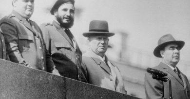 El cubano  Fidel Castro, junto a. Nikita Khrushchev; Leonid Brezhnev y  A. Mikoyan