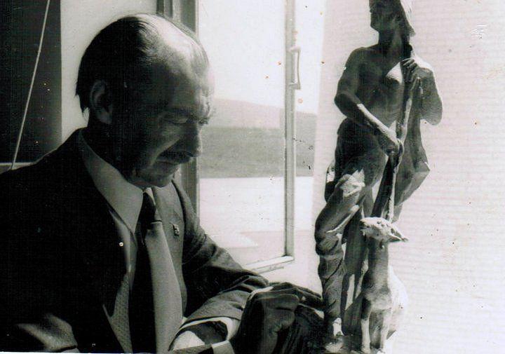 Luis Ortega con el busto de Simón Susarte