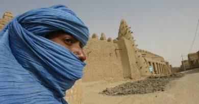 Un tuareg posa frente a Tumbuctú en Mali