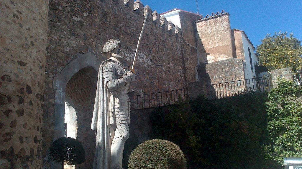 Monumento a Hernando de Soto en la Puerta de Burgos de Jerez de los Caballeros.
