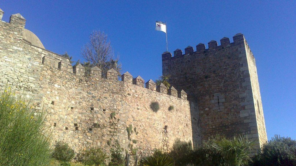 la bandera del Temple en lo alto de la Torre Sangrienta en la Alcazaba.