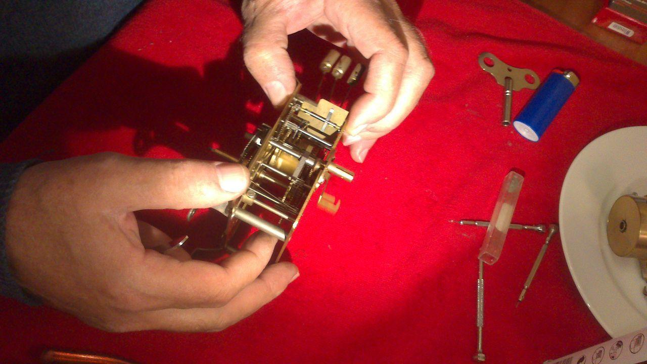 la precisión en las manos del relojero