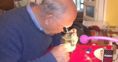 Mi amigo Ramón, maestro relojero, en acción.
