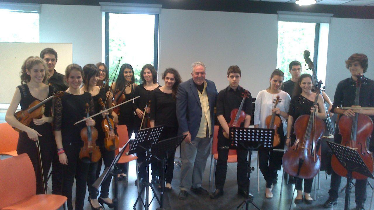 El Maestro Flores y sus jovenes músicos.