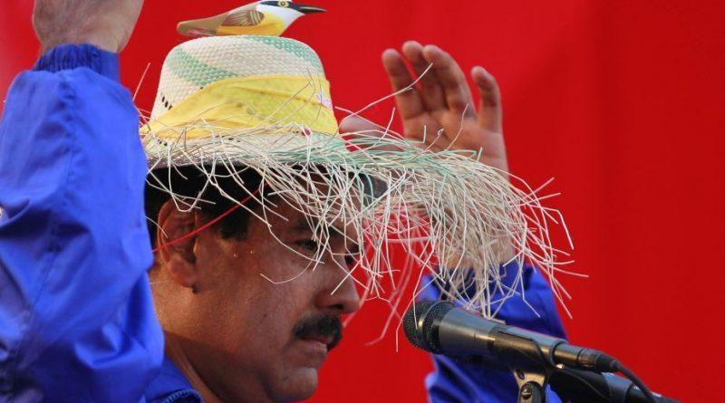 Maduro con sombrero y el pajarito de la maldad