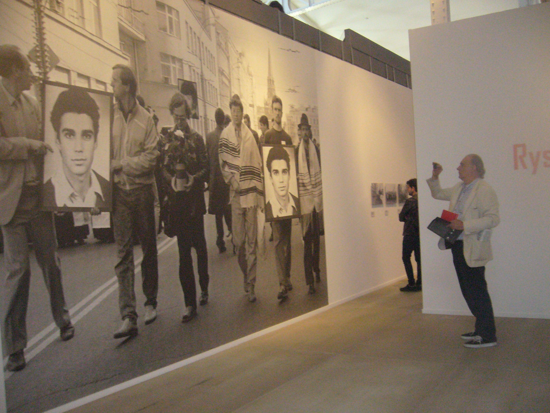 Manuel Artero Rueda en paseata por la exposición sobre Ryszard kapuscinski
