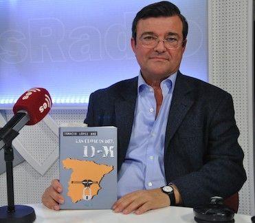 Ignacio López Brú muestra su libro en los estudio de Es Radio