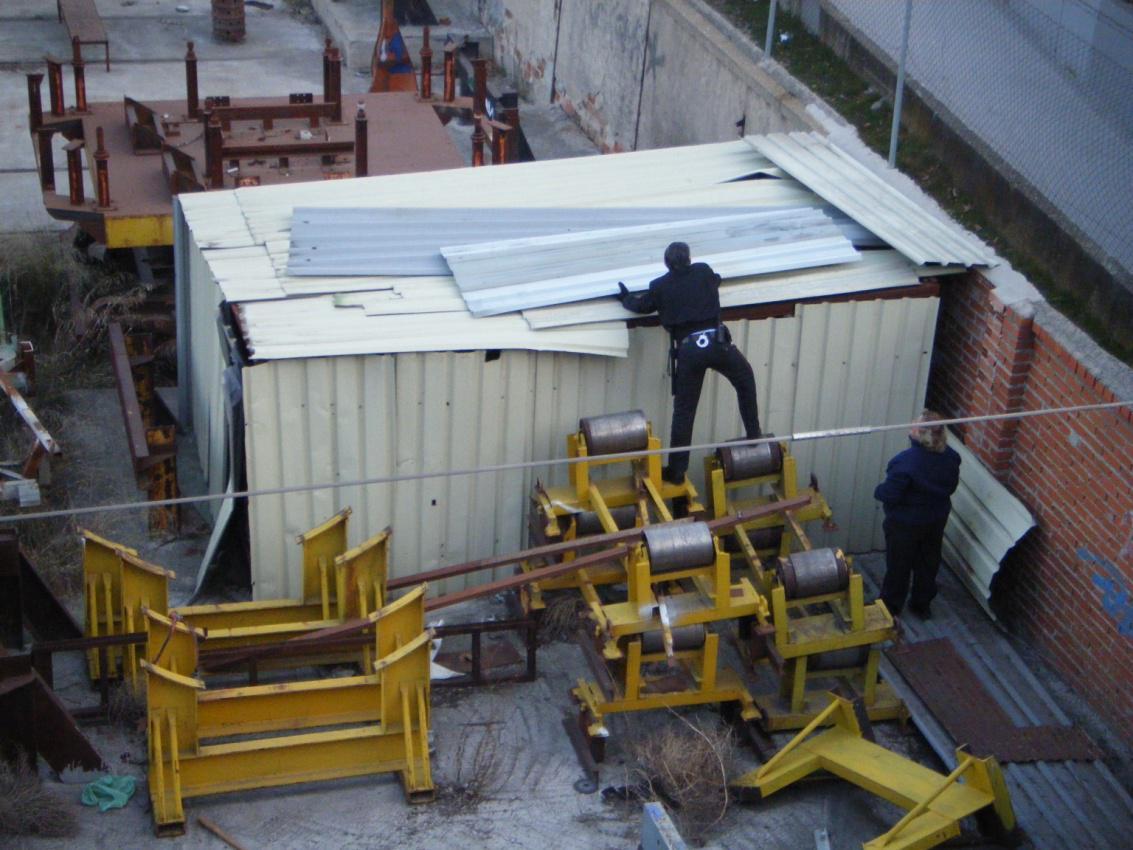 Foto 10.- El 28 de febrero de 2012, agentes de seguridad de Tafesa acondicionan el cobertizo que guarda los restos del foco de Santa Eugenia.JPG