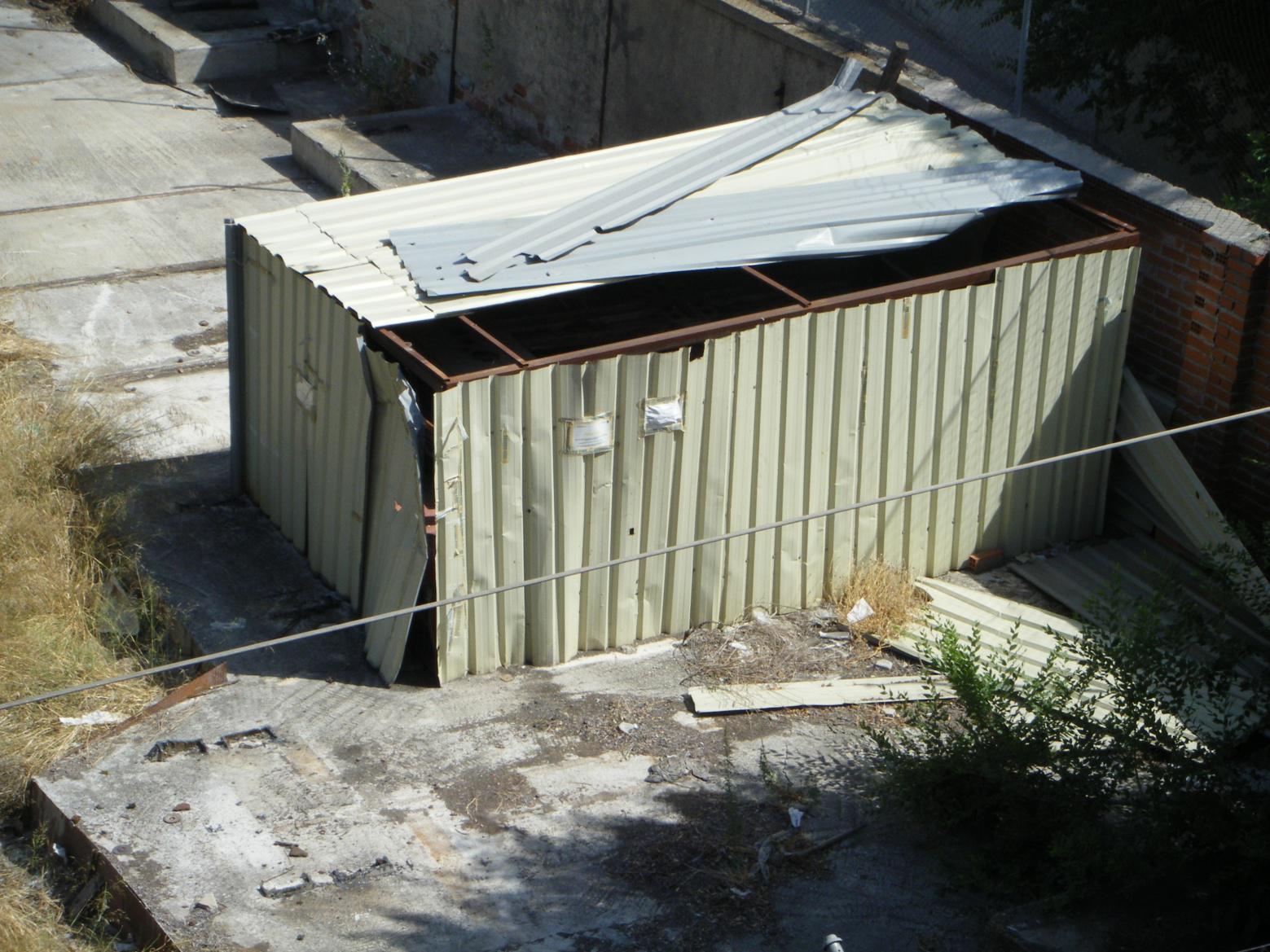 Foto 24.- El 9 de julio habían desaparecido los precintos de la entrada al cobertizo