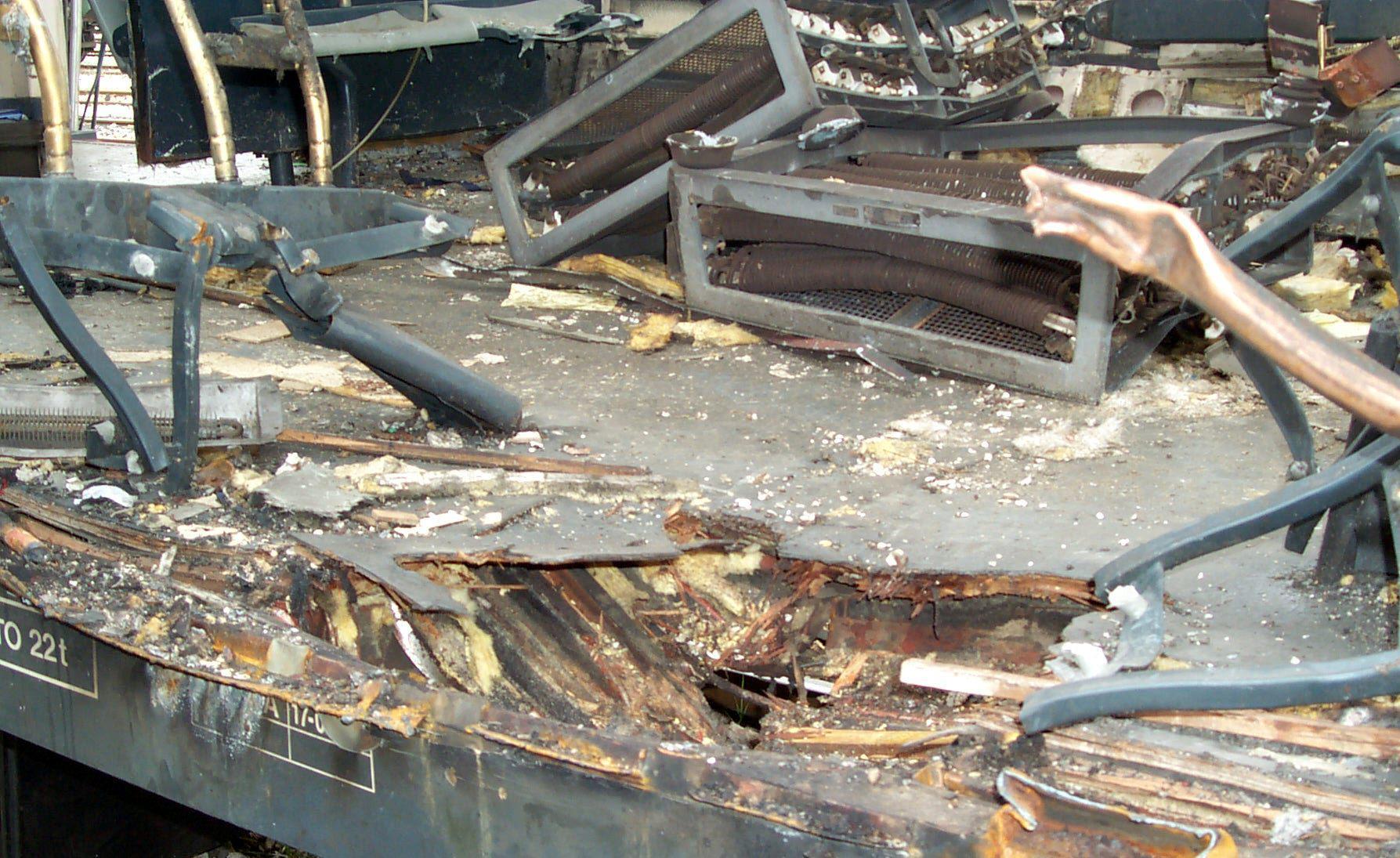 Foto 3.- 17 de marzo de 2004. Vicálvaro. Cráter en el suelo del coche 4 de Santa Eugenia, ignorado por los peritos en sus informes periciales