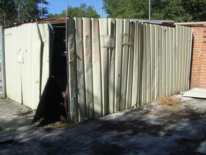 Foto 33.- El cobertizo que albergaba los restos del foco de Santa Eugenia el 16 de septiembre de 2013