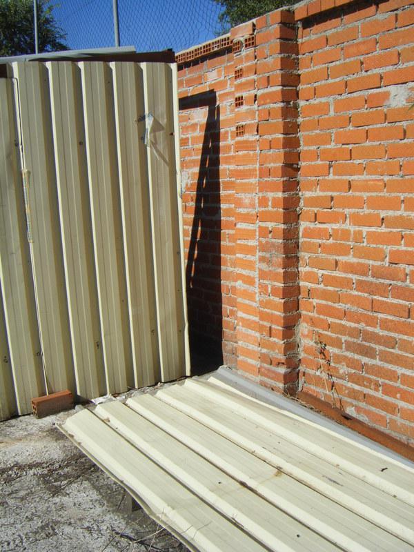 Foto 35.- Abertura entre el cobertizo y el muro trasero el 16 de septiembre de 2013