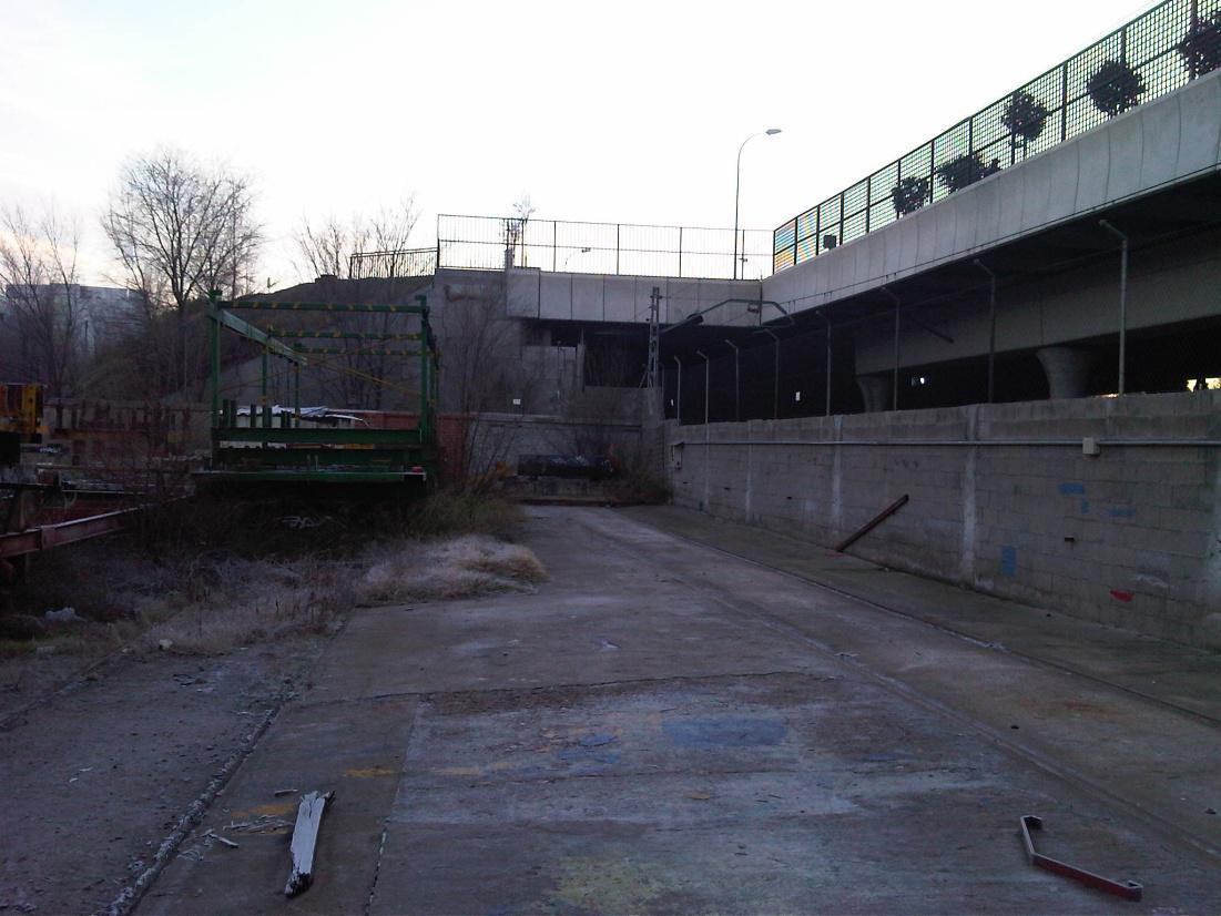 Foto 5.- 4 de enero de 2012. Al fondo del recinto de Tafesa aparece un cobertizo blanco semiescondido tras unas estructuras