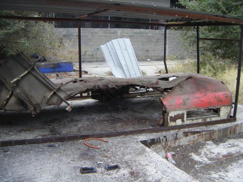 Foto 50.- La parte del techo que cubría el foco de la explosión aún dentro de los restos del cobertizo el 22 de octubre