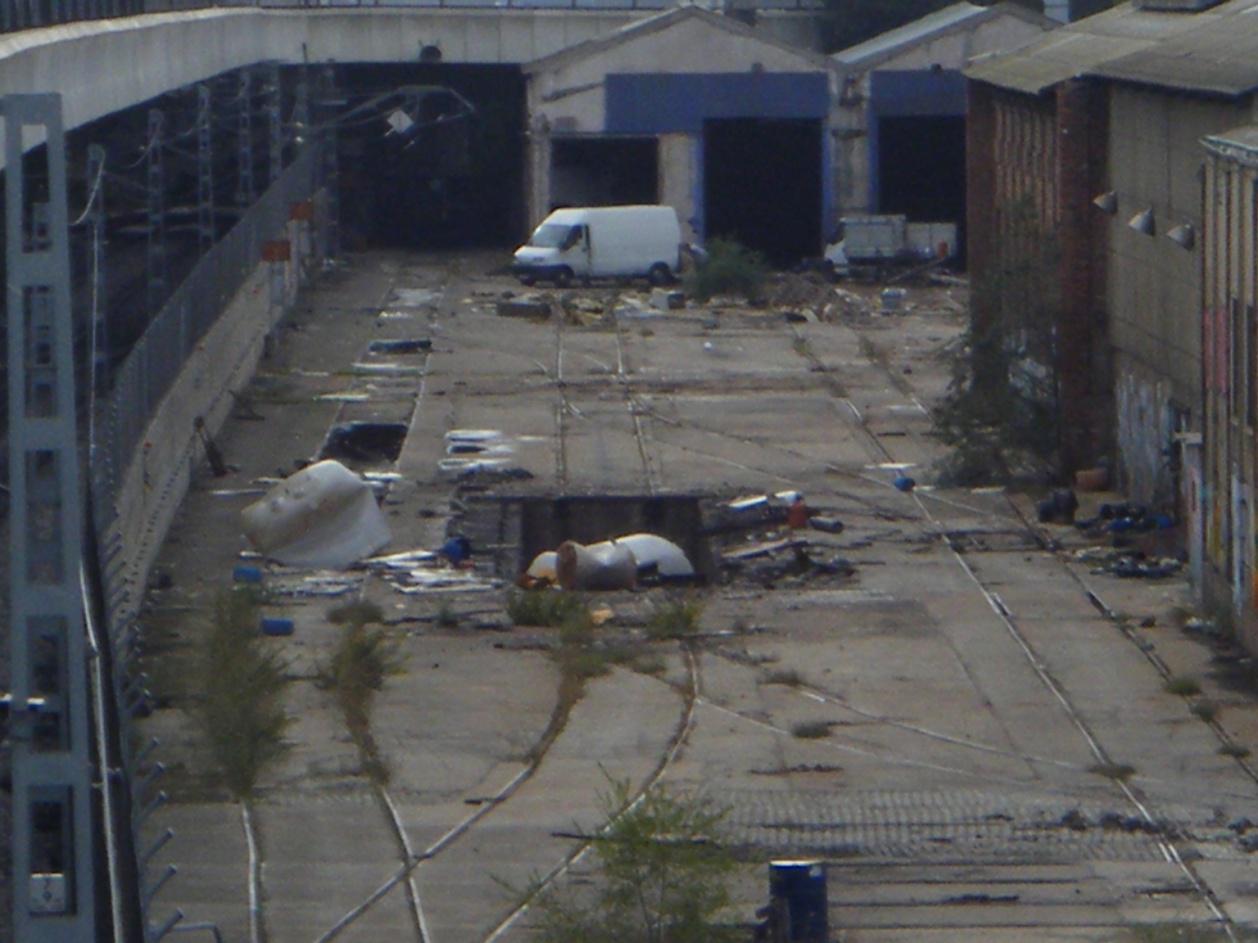 Foto 53.- El 23 de octubre, una furgoneta y un pequeño camión dentro del recinto de Tafesa