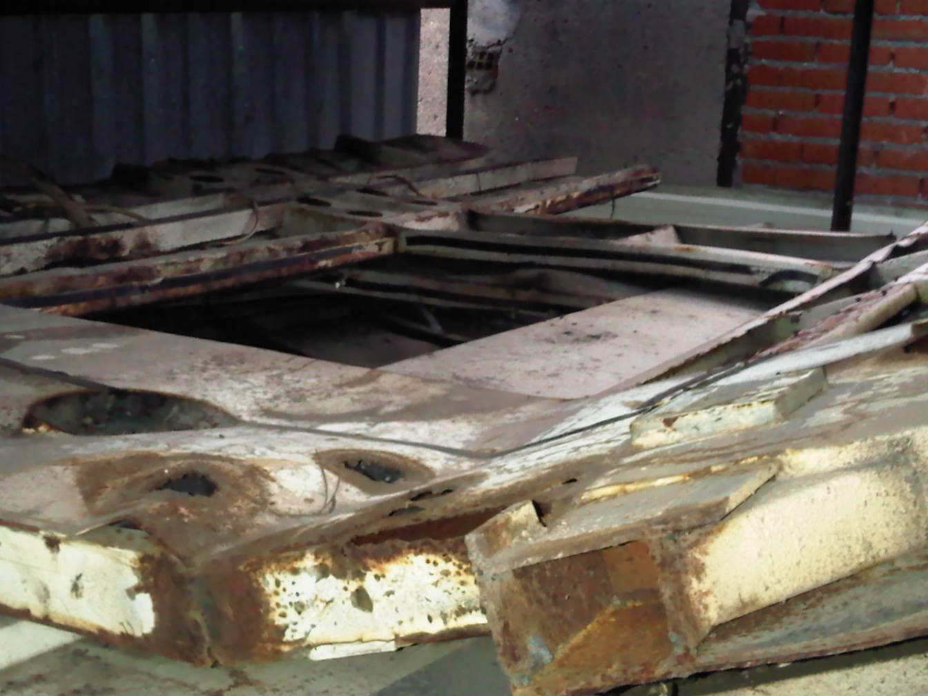 Foto 7.- Chapas deformadas y oxidadas amontonadas en el interior del cobertizo