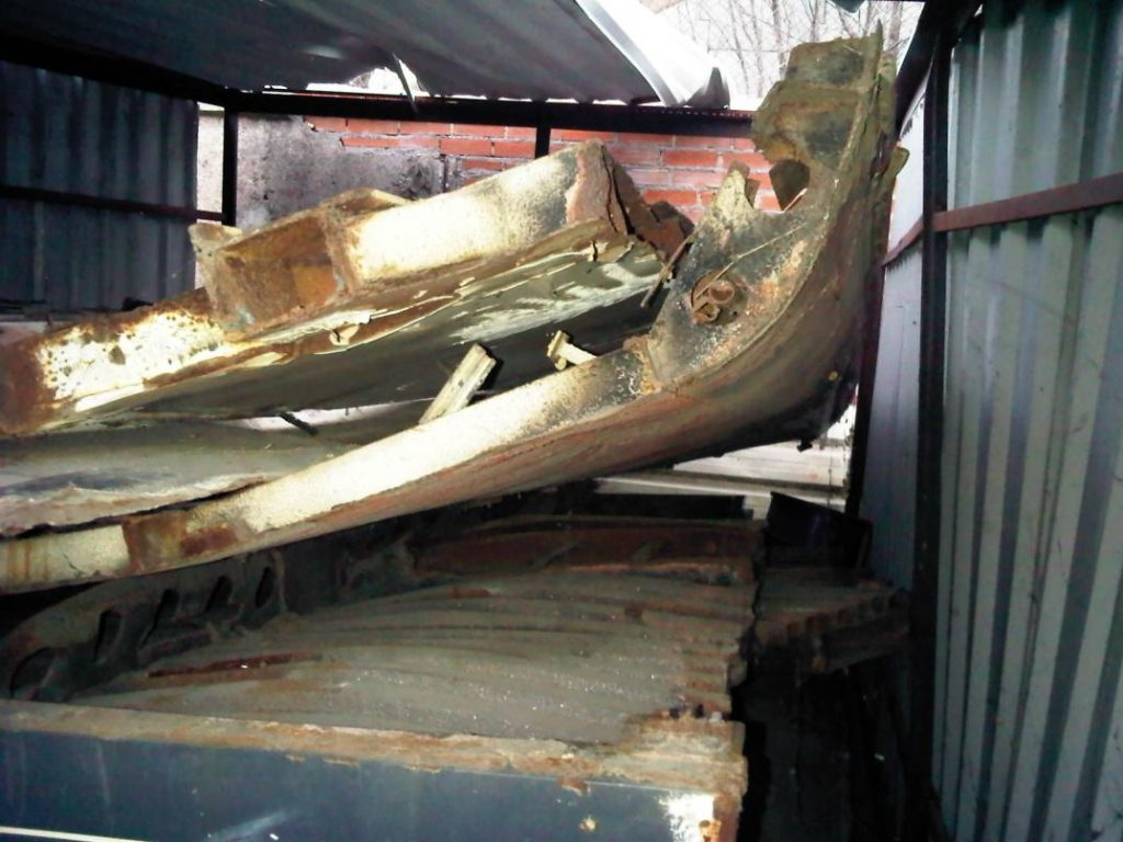 Foto 8.- Chapas deformadas y oxidadas amontonadas en el interior del cobertizo