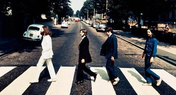 Paul McCartney, Ringo Starr, John Lennon y George Harrison caminando de derecha a izquierda en sentido contrario al que sale en el disco