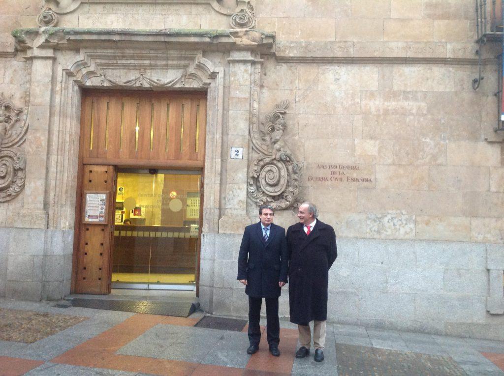 Con Policarpo Sánchez de paseata por el Archivo de Salamanca