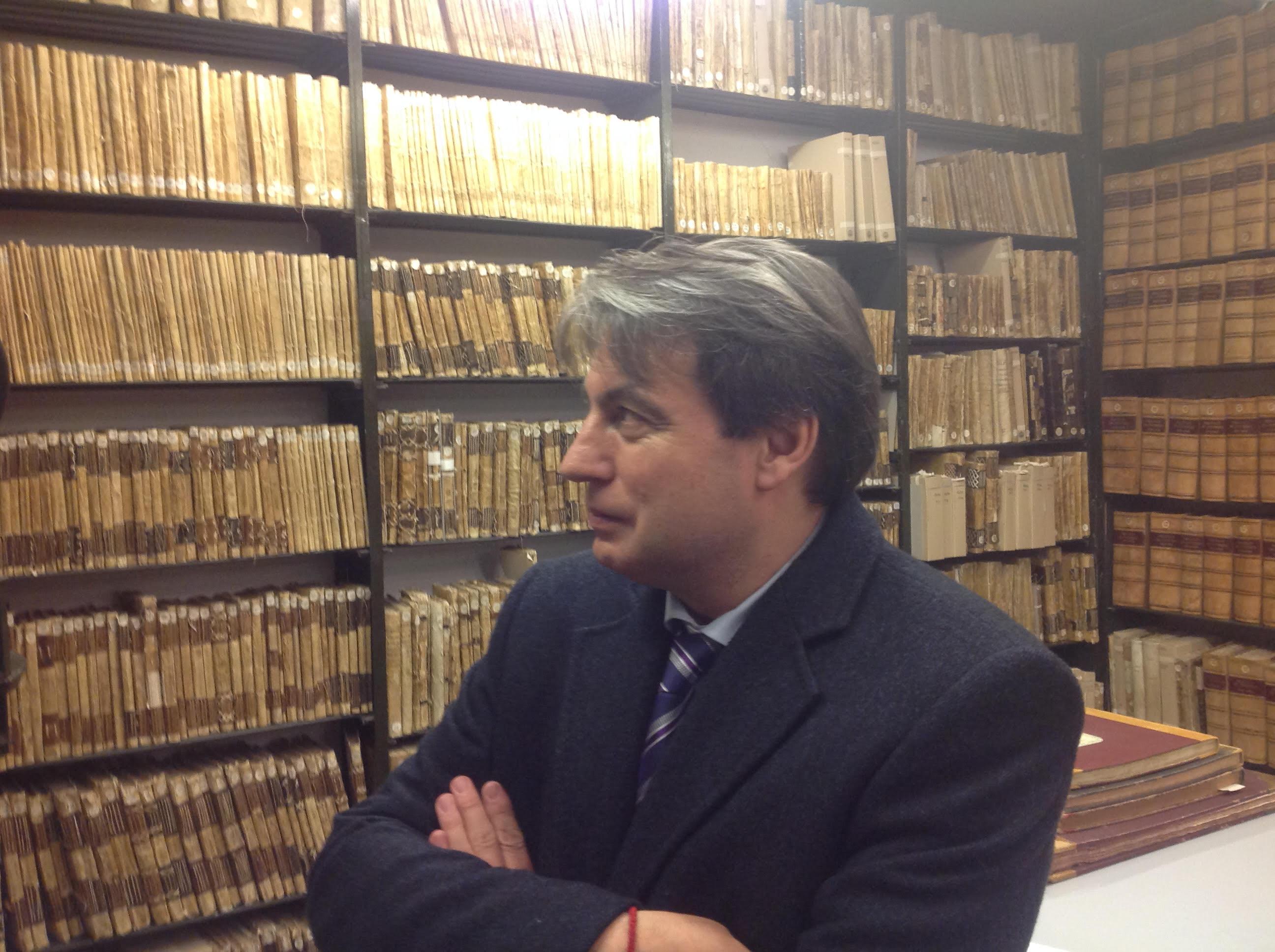 Policarpo ha pasado diez y ocho años de su vida entre los documentos del Archivo