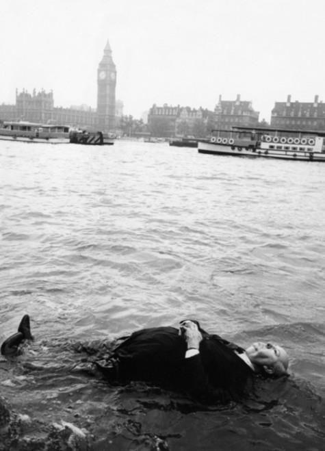 Sir Alfred Joseph Hitchcock pescando suspense en la orilla del Támesis
