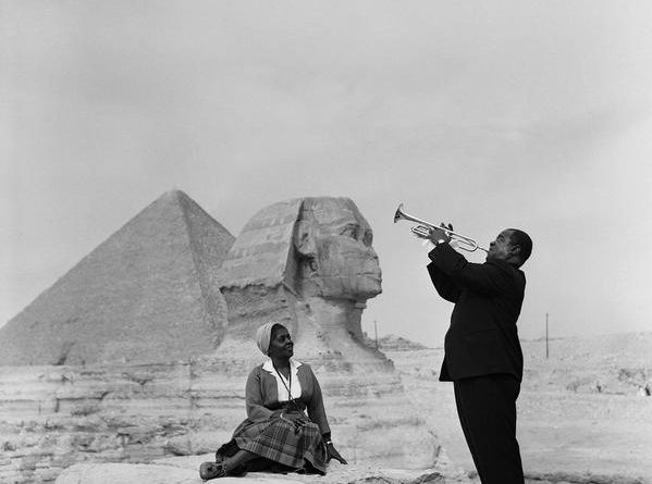 Louis Armstrong plays for his wife in Giza (1961)