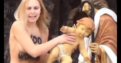 Una activista de Femen intenta robar el niño Jesús del belén del Vaticano