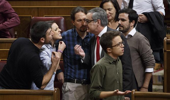 Alberto Di Lolli 29/10/16, Madrid. Congreso de los Diputados. Sesion de investidura de Mariano Rajoy como Presidente del Gobierno. En la imagen, bronca entre los diputados de Podemos y el diputado de Ciudadanos,Villegas.