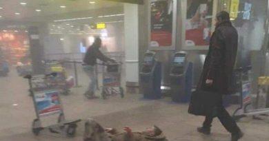 Extraña ver q ese hombre que pasa con su maletín y su abrigo mire a otro hombre tirado en el suelo y no le ayude