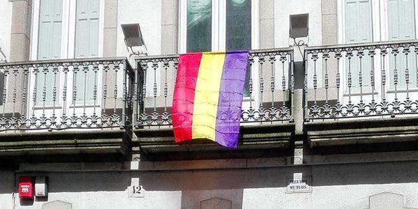 El Ayuntamiento de La Coruña coloca una bandera republicana en un edificio público