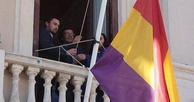 Kichi también iza la bandera republicana en el Ayuntamiento de Cádiz