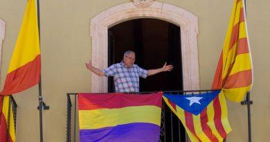 Otra bandera de la II república en un Ayuntamiento español