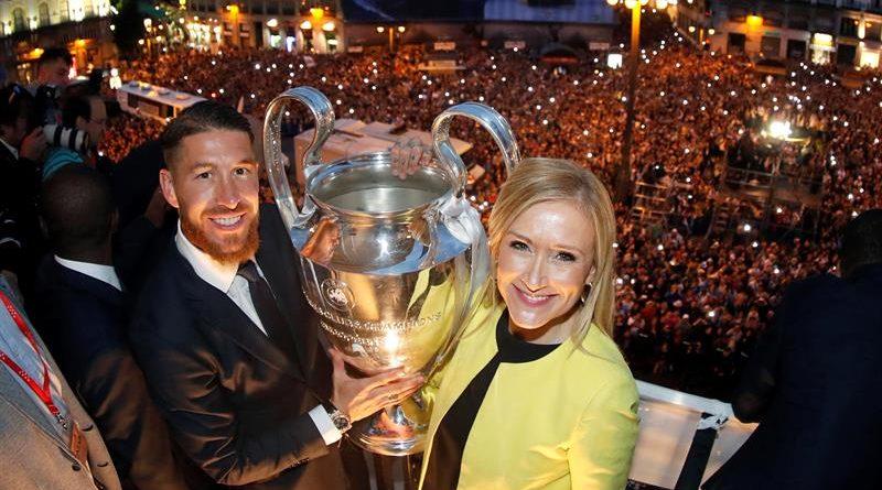 Cifuentes y Sergio Ramos en la Puerta del Sol