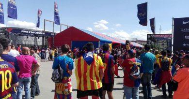 Una gran estelada recibe a los culés  en el espacio principal de la fan zone de Barcelona en Madrid