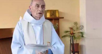 Este es el sacerdoteJacques Hamel, de 84 años que esta mañana obligaron a arrodillarse para luego, dos miembros del DAESH, degollarlo. Hasta dónde vamos a llegar? Descanse En Paz