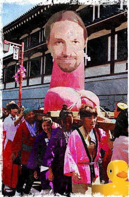 Podemitas salen de romería procesionando el sagrado miembro del amado lidl