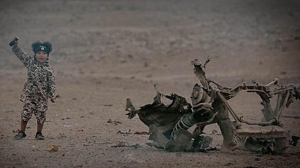 El pequeño verdugo. Imágenes del vídeo que el EI difundió en marzo en que un niño de unos cuatro años acciona el detonador de una bomba y hace estallar un coche con tres prisioneros