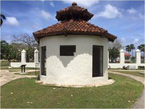 Hoy en el Pacífico, en lo que fueron las Indias Orientales Españolas, en Guaján (luego Guam) en su capital, Agaña, nos encontramos con lugares tan típicos como la Azotea, la Casa del Chocolate y la Puerta de Tres Arcos